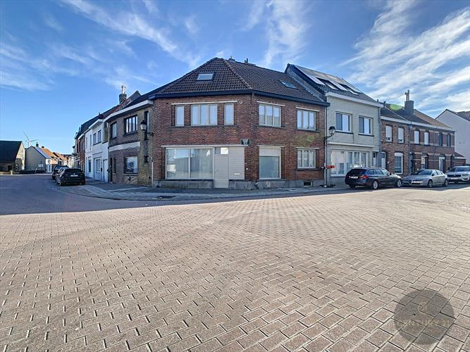 Te renoveren hoekwoning in centrum Zwankendamme
