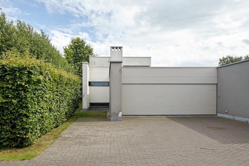 Modernist villa with adjoining professional garden centre on approximately 3,6ha in Lochristi (East Flanders).