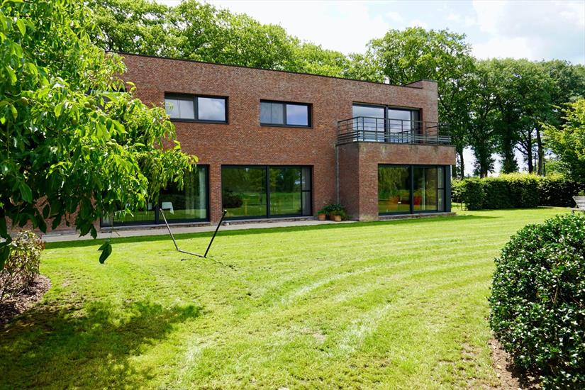 Beautiful villa with sheds on approximately 4,5 ha in Poppel
