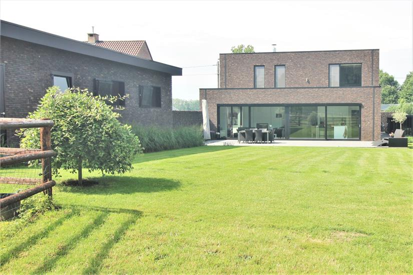 Recent house with stable building, shelter and meadows at approximately 74 a in Lubbeek (Flemish Brabant).